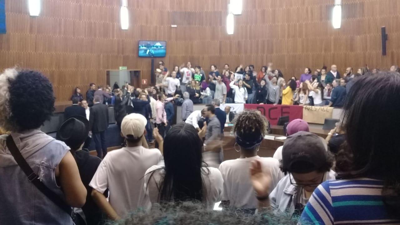 Imagem de #VitóriaDaDemocracia: Estudantes e professores derrotam PL 299/17 do vereador Sargento Lobo